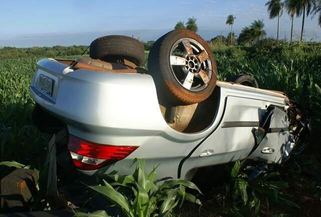 Carro colidiu contra um pé de coqueiro. (Foto: Renato Vessani)