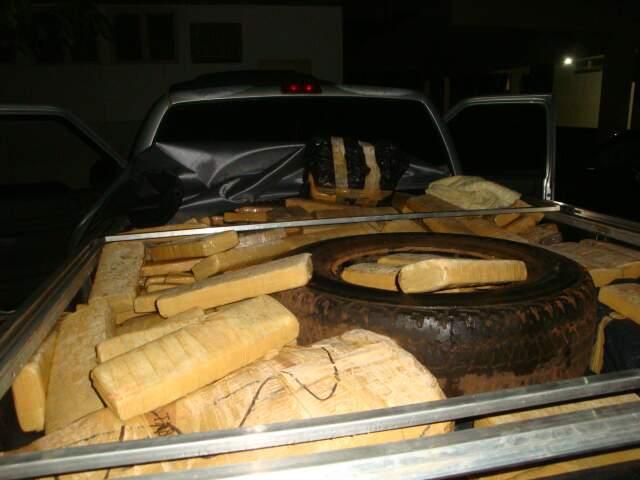 Droga estava na carroceria do veículo. (Foto: Divulgação/PM)
