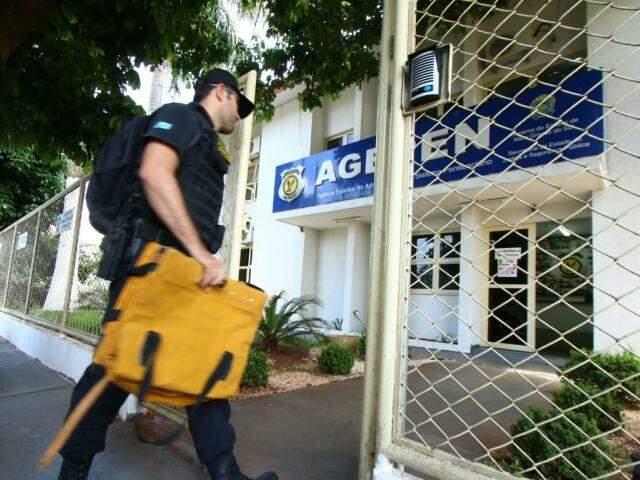 Agente do Gaeco entrando na sede da Agepen. (Foto: André Bittar)