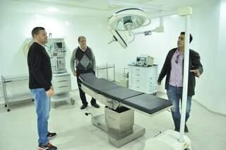 O secretário de Saúde Sebastião Nogueira (centro) com diretores da Funsaud durante vistoria, neste sábado, no hospital que será reativado por Reinaldo (Foto: Eliel Oliveira)
