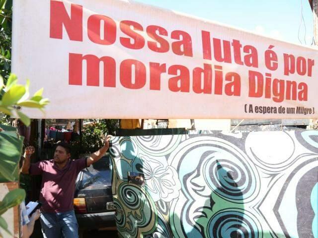 Esperança de serem realocados, conforme o líder comunitário Giulyano de Souza, persiste na Favela do Linhão do Noroeste (Foto: Marcos Ermínio)