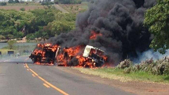 Tragédia na estrada: caminhão e van pegaram fogo após colisão (Foto: Rádio Caçula)