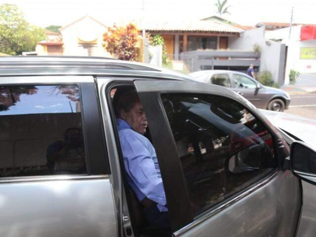 Ex-governador desejou boas festas antes de sair em carro do advogado. (Foto: Paulo Francis)