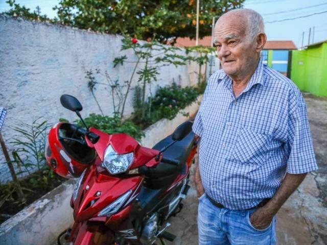 Desde sexta-feira passada, seu Manoel não para em casa. É pra cima e pra baixo na motoquinha. (Foto: Fernando Antunes)