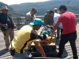 Oscar sendo encaminhado ao hospital. (Foto: Jornal de Tibagi)