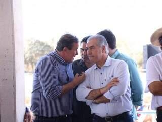Governador Reinaldo Azambuja ouve deputado Eduardo Rocha (MDB) durante lançamento da Copa do Laço (Foto: Henrique Kawaminami)