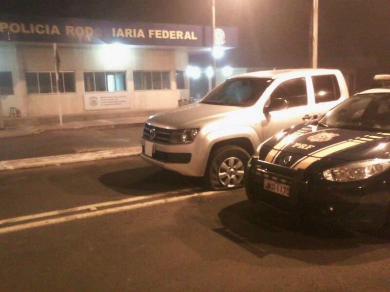 Caminhonete recuperada pela PRF após ter três pneus furados. (Foto: Divulgação/PRF)