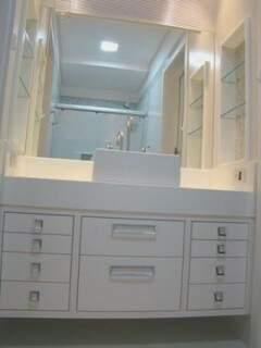 Cláudia Sá Earp usou armários planejados para aproveitar o pouco espaço da demi-suíte (Foto: Divulgação)