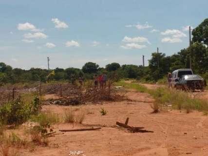 Fugindo do aluguel, invasores loteiam área junto a condomínio abandonado