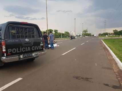 Atirador em carro branco executa motociclista na saída para Três Lagoas