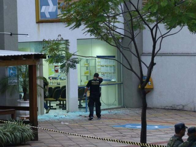 Policiais federais periciam agência arrombada durante à madrugada (Foto: André Bittar)