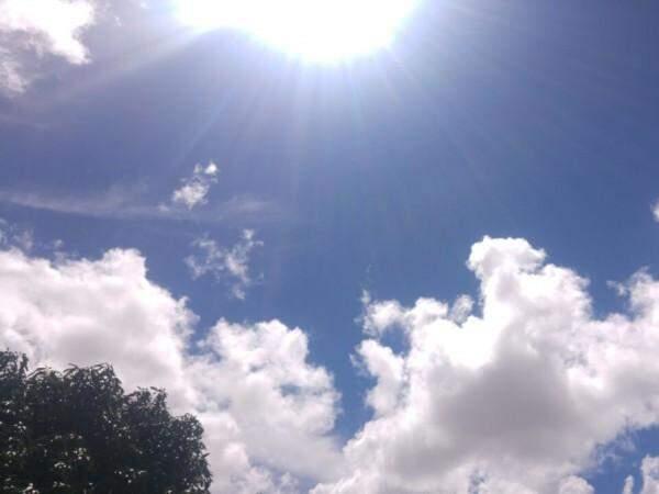 Céu parcialmente nublado nesta tarde em Campo Grande; fim de semana será assim, com sol entre nuvens e chuva a qualquer hora (Foto: Kísie Ainoã)