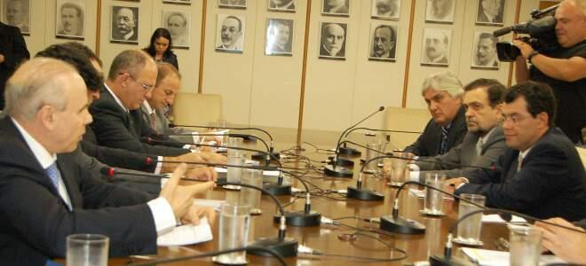 Assunto foi discutido em reunião do CAE, presidida pelo senador Delcídio do Amaral, com o ministro da Fazenda, Guido Mantega.
