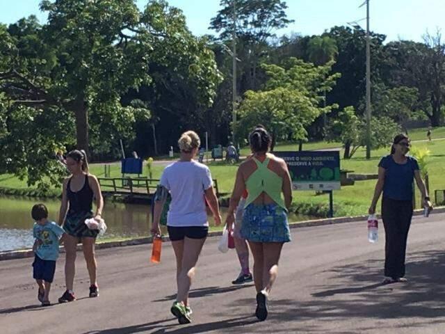 Muitas pessoas aproveitaram a manhã de domingo para praticar atividades físicas (Foto: Júlia Kaifanny)