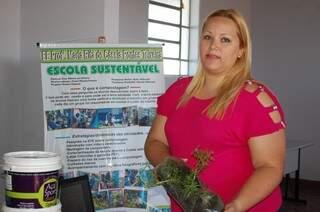 Professora Renata explica como fez a horta na escola. (Foto: Viviane Oliveira)