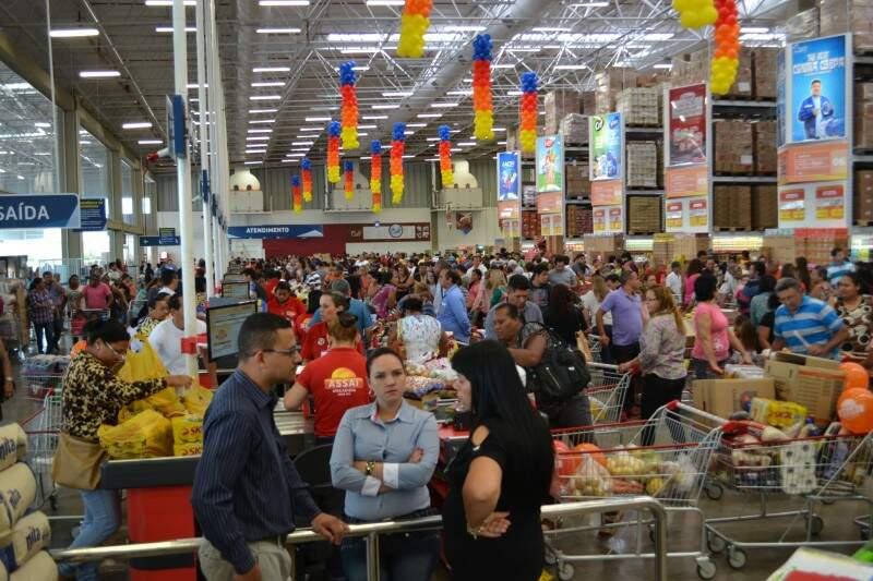 Inauguração lotou a segunda loja Assaí, em Campo Grande (Foto: Simão Nogueira)