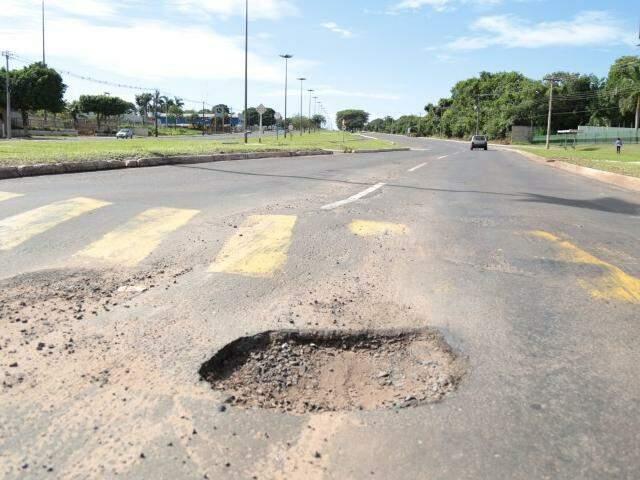 Na Avenida Gury Marques, o buraco antecede o quebra-molas. Acidente no local provocou morte um jovem no domingo (25). (Foto: Fernando Antunes)