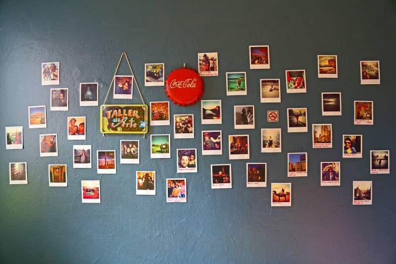 Parede da sala exibe em fotos os lugares por onde Sol já se aventurou. (Foto: Marcos Ermínio)
