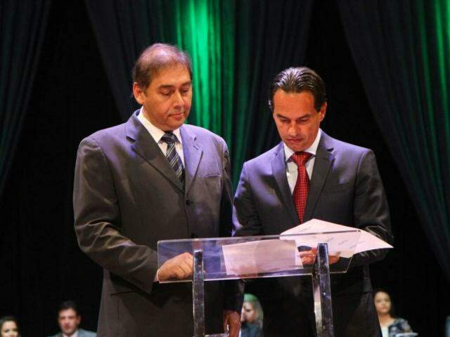 Novo prefeito assinou a posse no cargo ao lado do ex-chefe do Executivo Municipal, Alcides Bernal (PP)(Foto: Alcides Neto)