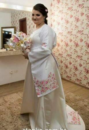Vestido com kimono deixou Michely ainda mais linda na cerimônia. (Foto: Stanke Fotografia)