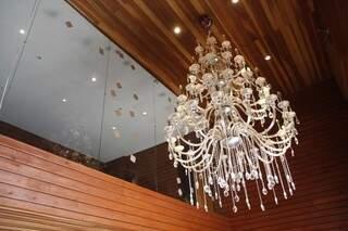 Lustre indica certa sofisticação na casa.