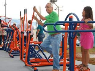 Público começa a utilizar aparelhos de academia inaugurada nesta manhã no Tarsila do Amaral. (Foto: Wendell Reis)