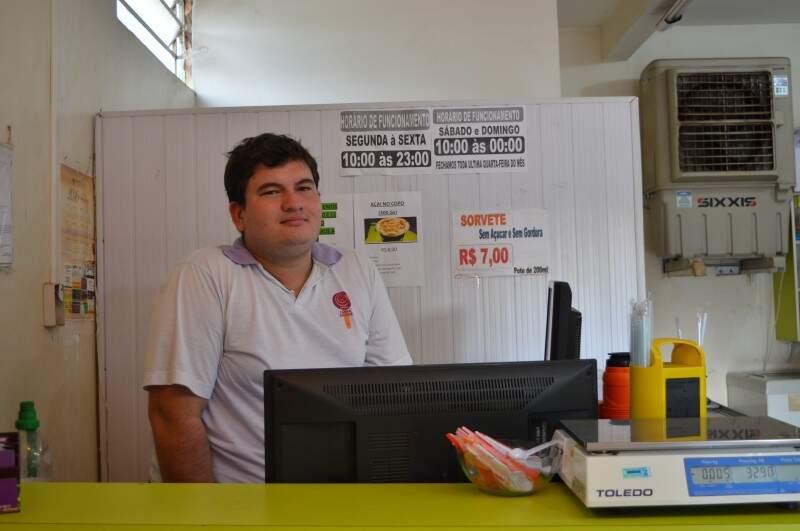 Thiago está há dois anos trabalhando na rua da Divisão e não sabia dessa lei para a criação do corredor gastronômico (Foto: Naiane Mesquita)