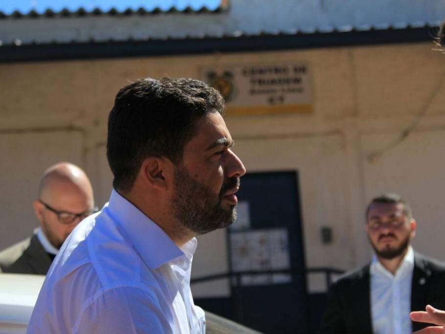 """Ulisses Rocha e outros """"homens de terno"""" ao deixarem o Centro de Triagem (Foto:"""