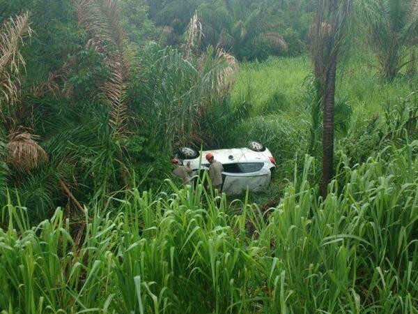 Veículo aquaplanou e capotou durante a chuva deste sábado (Foto: Divulgação/Bombeiros)