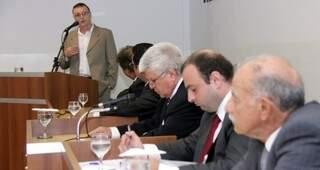 Ballock tentando explicar hoje na Câmara a vantagem de contratar MegaServ (Foto: divulgação)