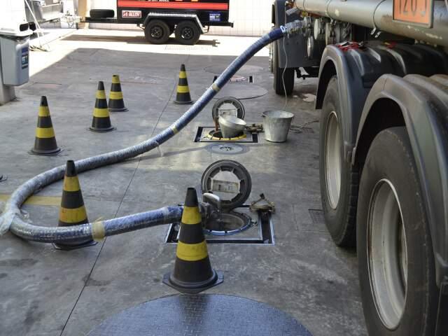 Caminhão-tanque descarregando combustível em posto (Foto: Fernando da Mata)