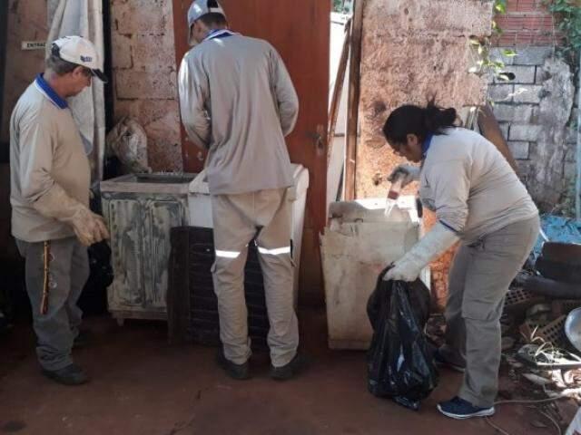 Agentes fazem limpeza em mutirão nas Moreninhas, no último fim de semana (Foto/Divulgação)
