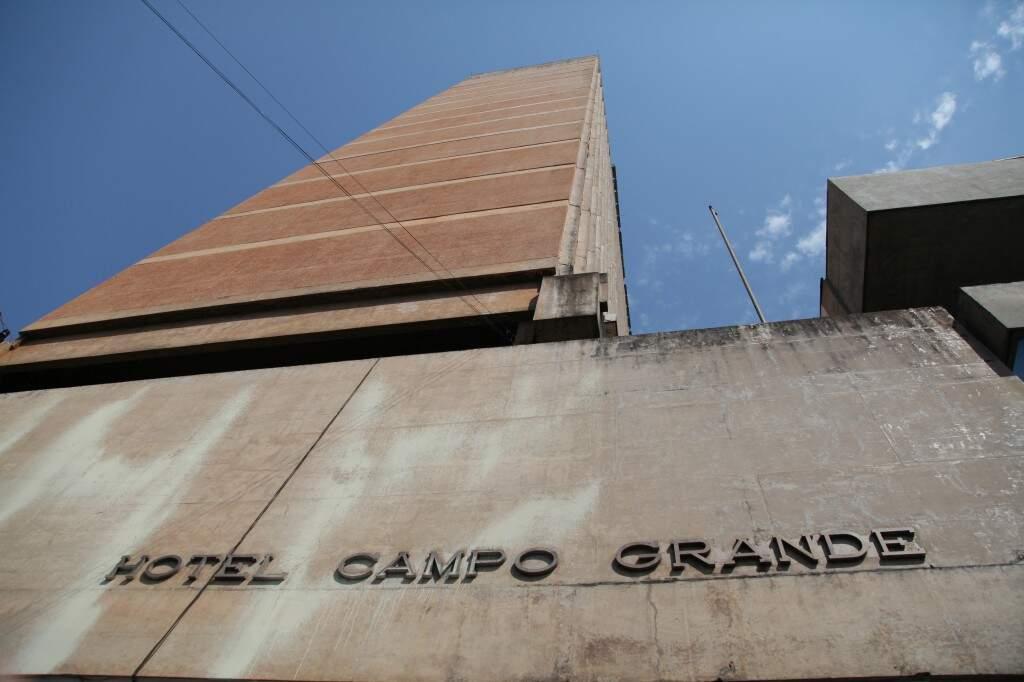 No coração de Campo Grande, a imponência do prédio do hotel construído na década de 1960 (Foto: João Paulo Gonçalves)