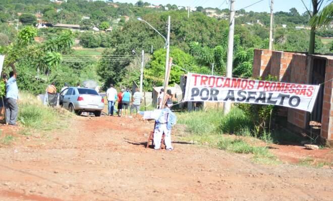 Moradores disseram que estão cansados de promessas e querem infraestrutura. (Foto: Marlon Ganassin)