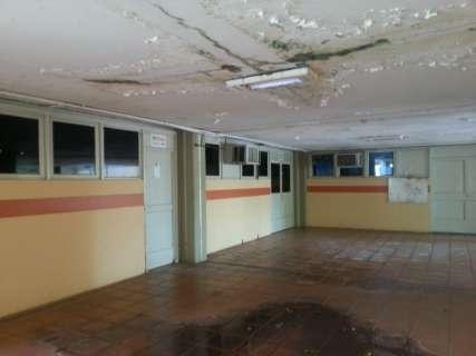 """Após investir R$ 9,4 milhões, UFMS não impede """"chuva"""" dentro de salas"""