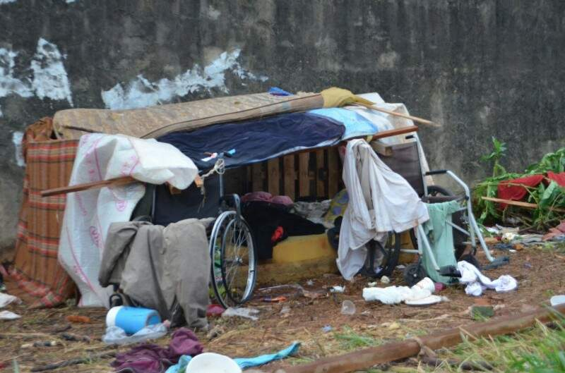 Em terreno baldio moradores de rua ficam em situação precária, com uso de drogas a noite toda (Foto: Vanessa Tamires)