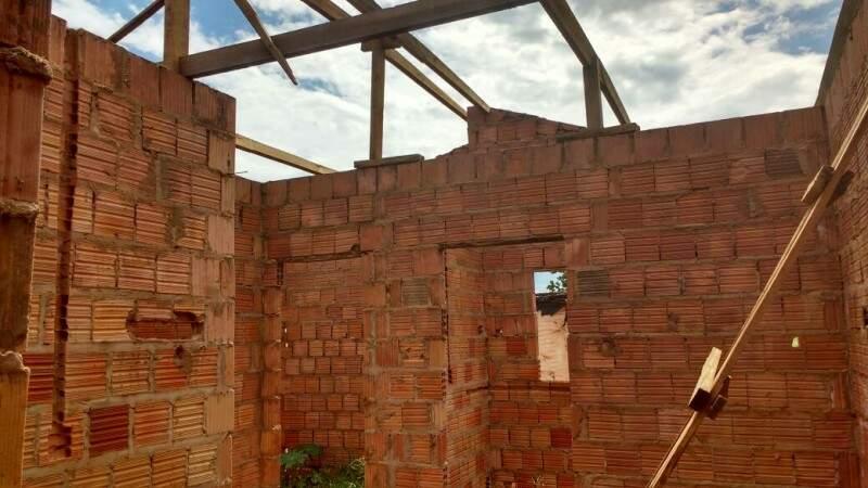 No Dom Antônio, boa parte das casas está pela metade. (Foto: Simão Nogueira)