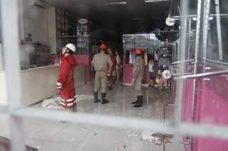 Bombeiros interditaram loja no último sábado (Foto: Cleber Gellio)
