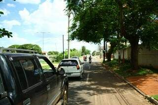 Árvore atrapalha a visão do semáforo (Foto: Marcos Ermínio)