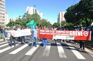 Os professores fazem pressão nas ruas e em frente à Prefeitura, mas secretário diz que não há proposta sendo analisada e a greve continua. (Foto: Marcelo Calazans)