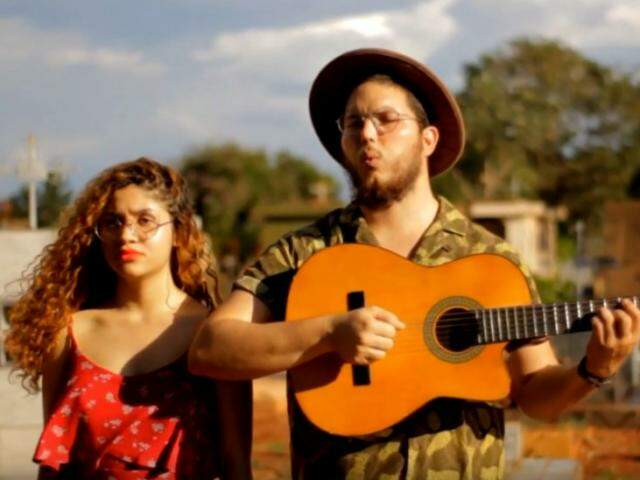 Pedro e Ana foram para o cemitério gravar o clipe.