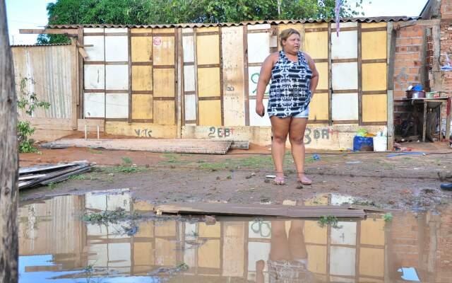 Moradora da Cidade de Deus, Andriela sofre com as chuvas e ajuda a vizinha Luciene, que perdeu a casa. (Foto: João Garrigó)