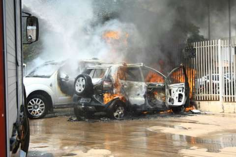 """Dois carros pegam fogo e um com arma """"explode"""" em frente ao IMOL"""