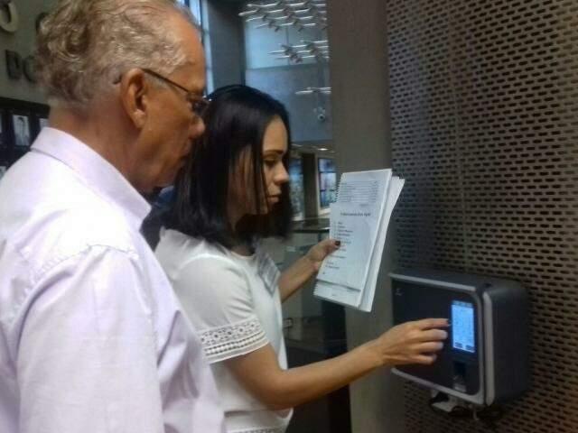 Alguns funcionários ainda precisaram cadastrar. (Foto: Mayara Bueno)