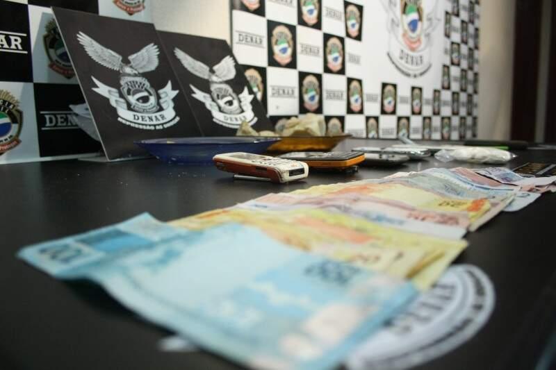 Droga, pertences e dinheiro foram apreendidos. Foto: Marcos Ermínio