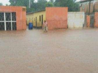 Chuva desabriga 15 famílias e córrego encobre BR-060 por duas horas