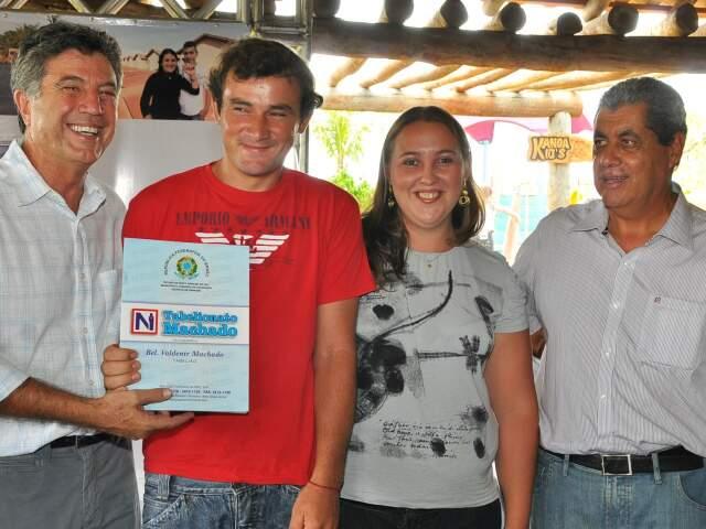 Zauith e Puccinelli entregaram escrituras para 49 produtores do distrito de Vila Formosa(Foto: Divulgação)