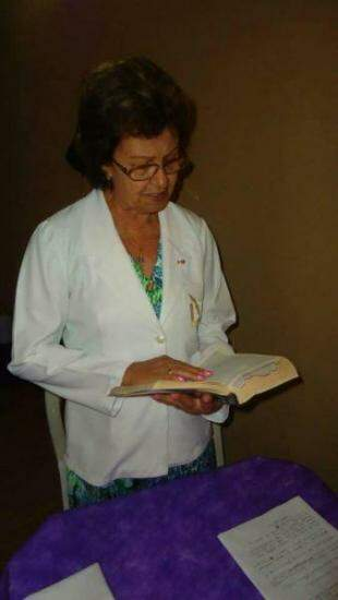 Dona Vergulina se tornou ministra da igreja e assumiu o papel de conduzir a missa em casa, todo Natal.