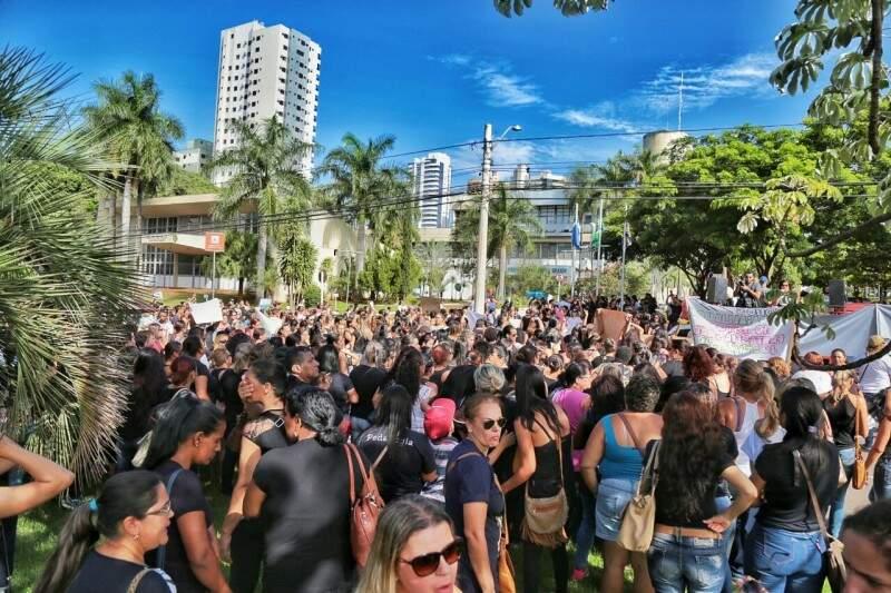 Funcionários da Omep e Seleta protestam em frente à prefeitura. (Foto: Fernando Antunes)