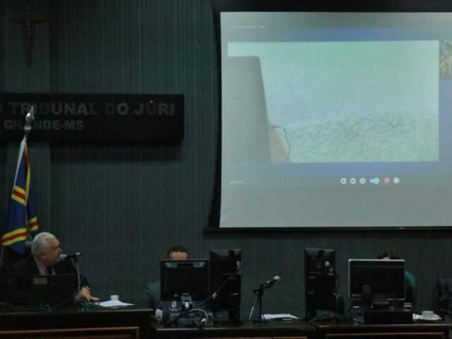Telão usado para videoconferência; réu se recusou a aparecer em momentos (Foto: Henrique Kawaminami)